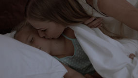 A menina bonito está encontrando-se na cama Imagem de Stock Royalty Free
