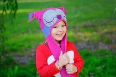 A menina bonito está jogando com as folhas no parque do outono Fotografia de Stock Royalty Free