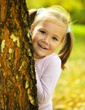 A menina bonito está jogando o couro cru - e - busca Imagem de Stock Royalty Free
