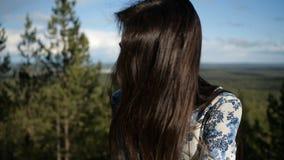 A menina bonito está na floresta vídeos de arquivo