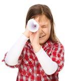 A menina bonito está olhando através do telescópio pequeno imagens de stock