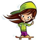 A menina bonito feliz em um skate que faz os polegares levanta o gesto Imagens de Stock