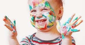 Menina bonito feliz engraçada com mãos pintadas coloridas Fotos de Stock Royalty Free