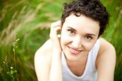 Menina bonito feliz no campo verde fotos de stock royalty free