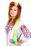 Menina bonito feliz no traje nacional ucraniano e na bandeira ucraniana Foto de Stock