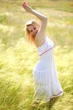 Menina bonito feliz que aprecia um dia de verão ensolarado Imagens de Stock Royalty Free