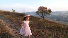Menina bonito feliz que corre do monte Paisagem surpreendente no fundo video estoque