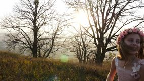 Menina bonito feliz que corre no prado Paisagem surpreendente no fundo filme