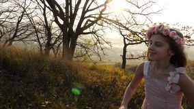 Menina bonito feliz que corre no prado Paisagem surpreendente no fundo video estoque