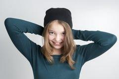 A menina bonito guarda as mãos atrás da cabeça Fotografia de Stock