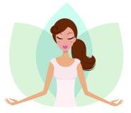 Menina bonito meditating da ioga na flor dos lótus. Fotografia de Stock