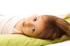 Menina bonito na cama na manhã Imagem de Stock