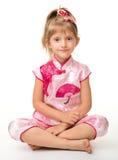 Menina bonito na camisa cor-de-rosa dos vagabundos dos vagabundos (vietnamiana) fotografia de stock royalty free