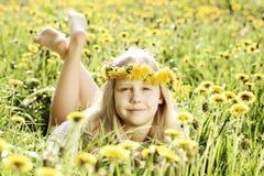 Menina bonito na grama verde ensolarada Fotografia de Stock Royalty Free