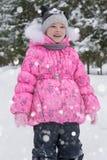 Menina bonito na madeira do inverno Fotos de Stock