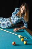 Menina bonito na mesa de bilhar Imagens de Stock Royalty Free