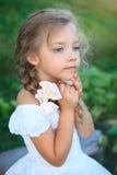 Menina bonito na natureza no dia de verão imagem de stock