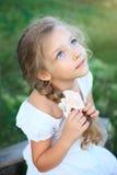 Menina bonito na natureza no dia de verão que olha acima fotografia de stock royalty free