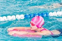 Menina bonito na piscina Fotos de Stock