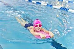 Menina bonito na piscina Imagem de Stock Royalty Free