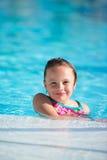 Menina bonito na piscina Fotografia de Stock