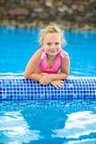 Menina bonito na piscina Fotografia de Stock Royalty Free