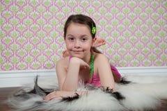 Menina bonito no assoalho Fotos de Stock