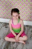 Menina bonito no assoalho Fotos de Stock Royalty Free