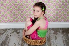 Menina bonito no assoalho Foto de Stock