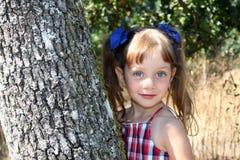 Menina bonito no campo imagens de stock