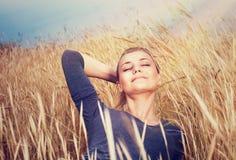 Menina bonito no campo de trigo Imagens de Stock Royalty Free
