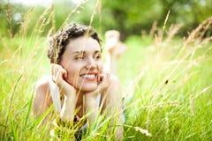 Menina bonito no campo verde Foto de Stock Royalty Free
