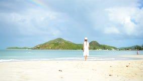 Menina bonito no chapéu na praia durante férias das caraíbas video estoque