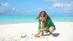 Menina bonito no chapéu na praia durante férias das caraíbas vídeos de arquivo