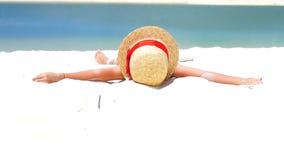 Menina bonito no chapéu na praia durante férias tropicais das caraíbas Movimento lento vídeos de arquivo