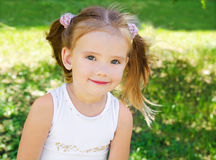 Menina bonito no prado fotografia de stock royalty free