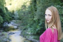 Menina bonito no retrato da natureza Imagens de Stock Royalty Free