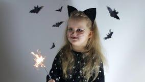 Menina bonito no traje do gato video estoque