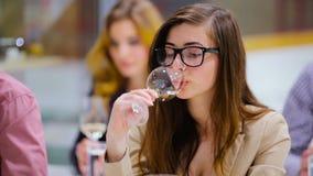Menina bonito nos vidros que provam um vinho branco no degustation vídeos de arquivo