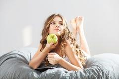 Menina bonito nova com maçã Imagens de Stock Royalty Free