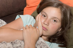 A menina bonito nova da criança tem uma dor de dente imagens de stock royalty free