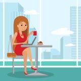 Menina bonito nova que senta-se no café bebendo da tabela e que usa o portátil Vector a ilustração do molde para o menu, folheto ilustração royalty free