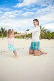 Menina bonito pequena e seu pai novo que têm o divertimento Fotos de Stock Royalty Free