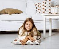 Menina bonito pequena em casa que sorri Fotos de Stock