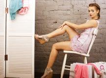 A menina bonito pequena em sua sala gosta da boneca Fotos de Stock