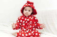 Menina bonito pequena em um roupão Imagem de Stock