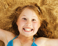 Menina bonito pequena na areia Imagens de Stock Royalty Free