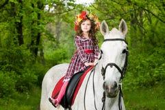 Menina bonito pequena na grinalda floral imagem de stock