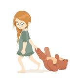 Menina bonito pequena que guarda a pata de urso da peluche para Foto de Stock Royalty Free