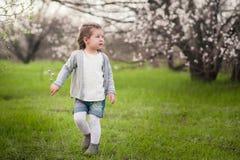 Menina bonito pequena que joga no jardim luxúria fotografia de stock royalty free